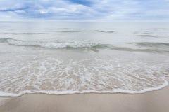 Fala i plaża Zdjęcia Stock