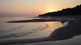 Fala miażdży na brzeg przy wschodem słońca zdjęcie wideo