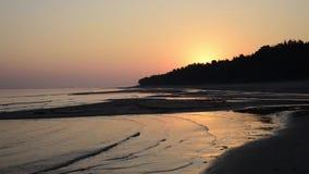 Fala miażdży na brzeg przy wschodem słońca zbiory wideo