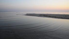 Fala miażdży na brzeg przy wschodem słońca zbiory