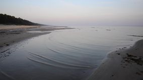 Fala miażdży na plażowym piasku zbiory