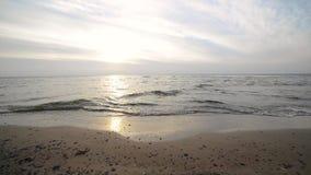 Fala miażdży na plażowym piasku zbiory wideo
