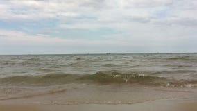 Fala morze bałtyckie staczają się na piaskowatej plaży zbiory