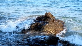 Fala morze na skalistej plaży zdjęcie wideo