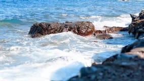 Fala morze na skalistej plaży zbiory wideo