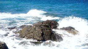 Fala morze na skalistej plaży zbiory