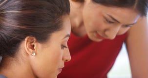 fala Multi-étnica das mulheres de negócios Imagem de Stock