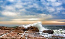 Fala myje nad skałami przy południowymi zachodami Ukrywają, Maine Zdjęcie Royalty Free
