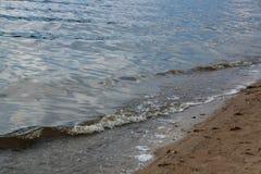 Fala na brzeg rzeki Fotografia Royalty Free