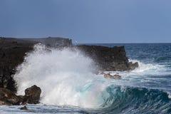 Fala na Czarnej piasek plaży, Duża wyspa, Hawaje Powulkaniczne falezy w tle fotografia stock