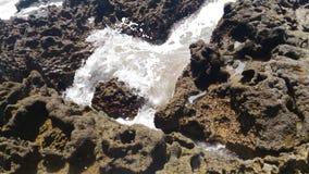 Fala na kamieniach zdjęcie royalty free