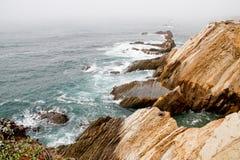 Fala na mgłowej calif linii brzegowej Obraz Royalty Free