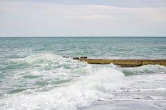 Fala na morzu blisko mola chmurzącego Fotografia Royalty Free