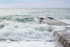 Fala na morzu blisko mola chmurzącego Obraz Royalty Free