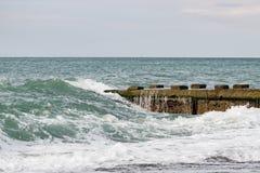 Fala na morzu blisko mola chmurzącego Obrazy Stock