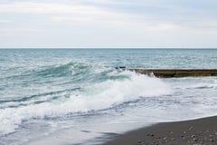 Fala na morzu blisko mola chmurzącego Zdjęcia Stock