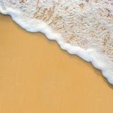 Fala na piasek plaży obraz stock