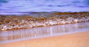 Fala na piasek plaży Zdjęcia Royalty Free