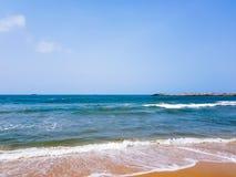 Fala na piaskowatej plaży Błękitne wody i jaśni nieba - białego morza piana na piasku Natura nadmorski tło fotografia royalty free
