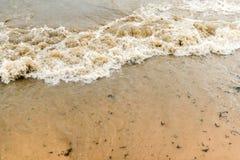 Fala na piaskowatej plaży Zdjęcie Stock