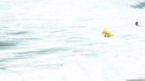 Fala na plaży Nai Harn, Tajlandia zbiory wideo