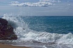 Fala na skałach na plaży Zdjęcia Royalty Free