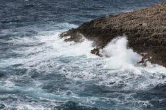 Fala na szorstkim morzu śródziemnomorskim z wybrzeża Malta - Fotografia Stock