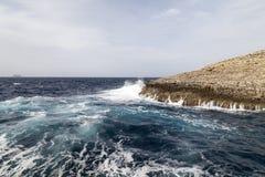 Fala na szorstkim morzu śródziemnomorskim z wybrzeża Malta - Zdjęcie Royalty Free