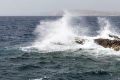 Fala na szorstkim morzu śródziemnomorskim z wybrzeża Malta - Obrazy Royalty Free