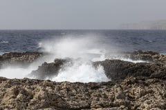 Fala na szorstkim morzu śródziemnomorskim z wybrzeża Malta - Obraz Stock