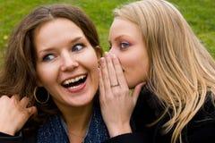 Fala nova feliz de duas amigas imagens de stock royalty free