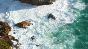 Fala oceanu falez skały zbiory