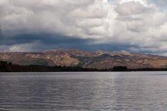 Fala opuszczać motorboat na Loch Lomond wodzie ukazują się Fotografia Stock