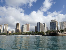Fala owijają w kierunku queens mola w Waikik i plaży Zdjęcie Stock