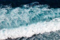 Fala Pacyficzny ocean Uluwatu, Bali, Indonezja obrazy stock