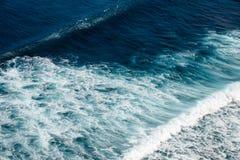 Fala Pacyficzny ocean Uluwatu, Bali, Indonezja obraz royalty free