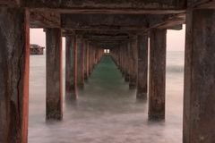 Fala plaża pod mostem i morze Zdjęcie Stock