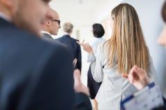 Fala profissional ao colega ao andar com Team In Office imagens de stock royalty free