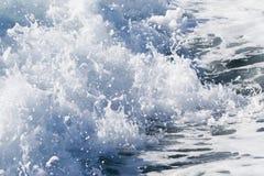 Fala promu statek na otwartym oceanie Zdjęcia Royalty Free