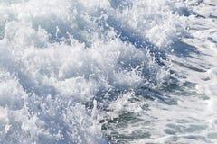 Fala promu statek na otwartym oceanie Zdjęcie Stock