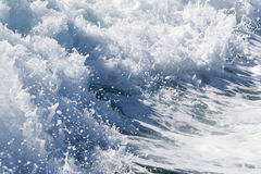 Fala promu statek na otwartym oceanie Fotografia Stock