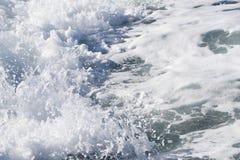 Fala promu statek na otwartym oceanie Obrazy Royalty Free