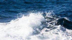 Fala promu statek na otwartym oceanie Obraz Royalty Free