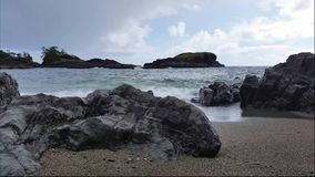 Fala przeciw brzeg Pacyficzny ocean na ciemnym, chmurnym dniu, zdjęcie wideo