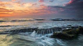 Fala przy palmy wybrzeża plażą Zdjęcie Royalty Free