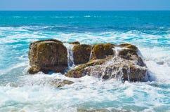 Fala przy Skalistą plażą Fotografia Stock