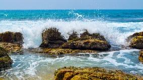 Fala przy Skalistą plażą Zdjęcia Stock