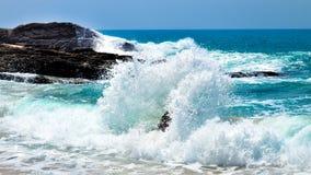 Fala przy Skalistą plażą Fotografia Royalty Free
