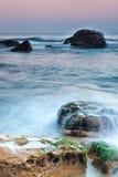 Fala przychodzić wewnątrz nad skałami w północnym Tajwan dobrze obok Ye zdjęcie stock