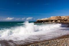 Fala rozbija na piasku z morzem pienią się Obraz Stock